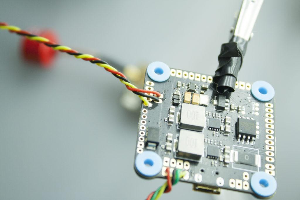 подключение видеопередатчика к полетному контроллеру мамба