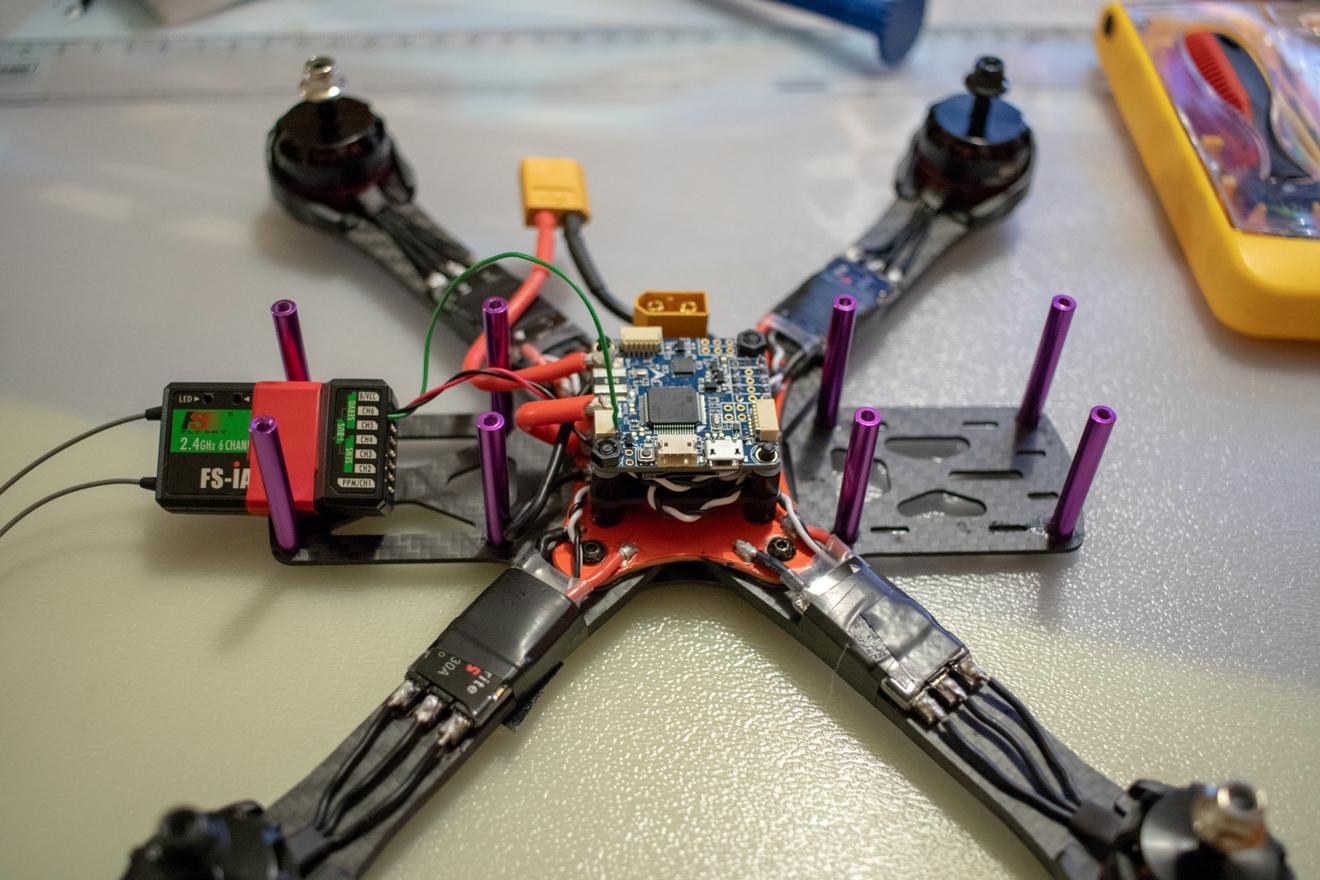 Расположение приемника Flysky в раме квадрокоптера